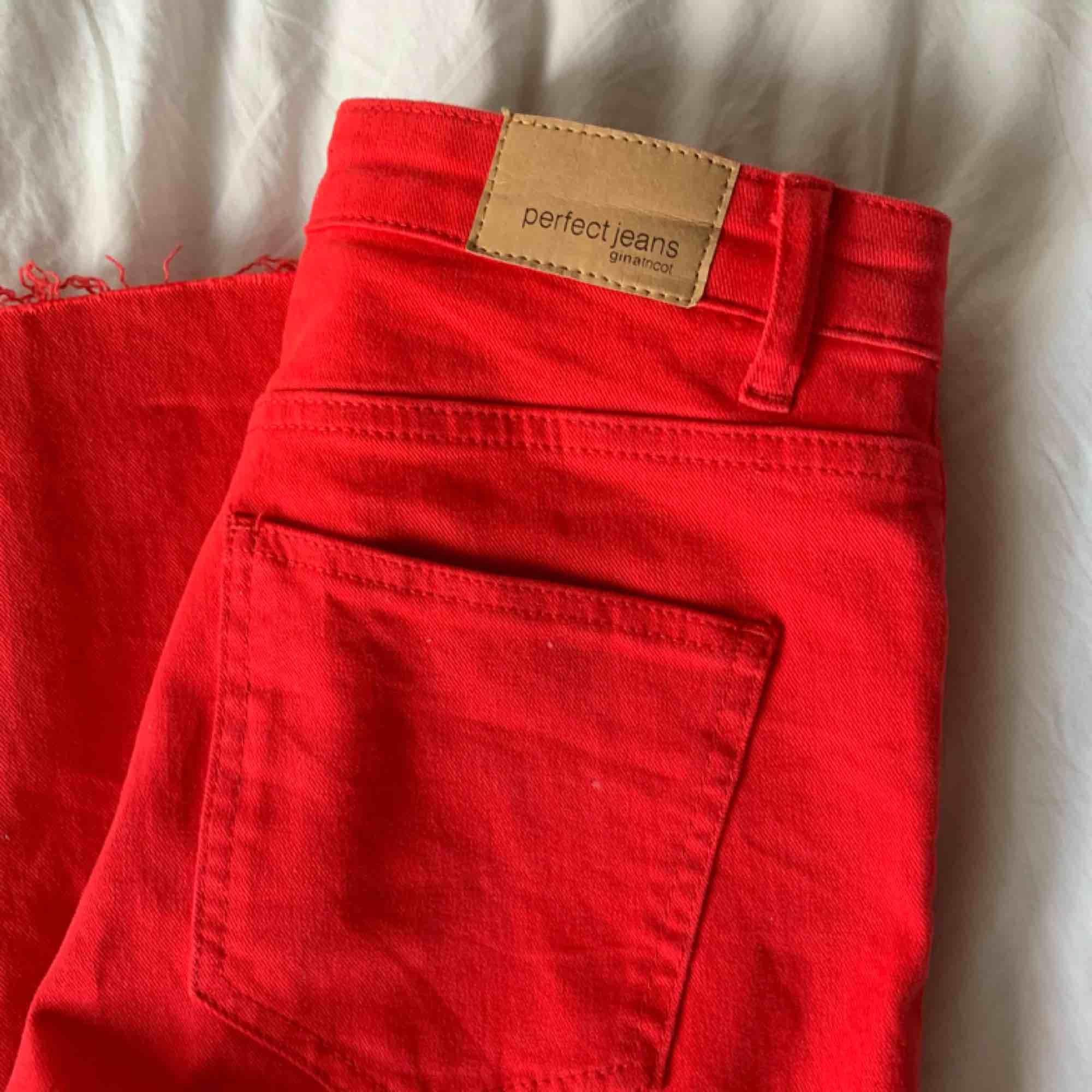 Jätteballa röda byxor från Gina Tricot. Aldrig använda. Frakt tillkommer. Jeans & Byxor.