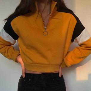 Sjukt snygg gul tjocktröja från H&M. Passar även S. Säljer pga att den ej kommer till användning tyvärr. Den moderna senapsgula färgen passar till allt och alla!