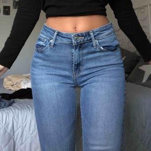 """Knappt oanvända jeans från Levis då jag inte gillar passformen """"slim"""". Helt i nyskick, frakt 59kr"""