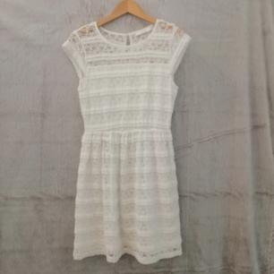 Vit spets klänning med volanger Skriv för detaljer/mer info❤️