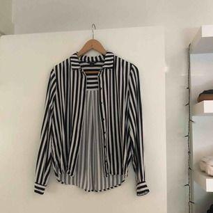 Svartvit skjorta från Monki. Köparen står för frakt📬 sitter som på bild 2 bara en annan färg🥳