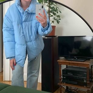SÅÅ nice blå puffjacka ifrån ginatricot!! Perfekt till det kalla vädret!!!  Frakt TILLKOMMER🙏