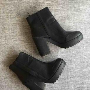"""Sjukt snygga boots i """"fake-skinn"""" eller liknande material. Liten skada på ens skon (bild 3). Pris kan diskuteras vid snabb affär!"""