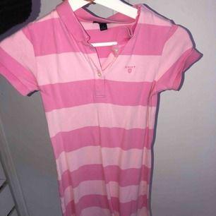 Rosa klänning från Gant. Det står att den är i storlek medium men det är barnstorlek så det är ungefär xs/s
