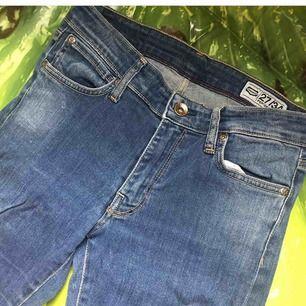 crocker jeans w27 l34. lågmidjade. kan tyvärr ej visa bilder på pga heelt fel storlek :)