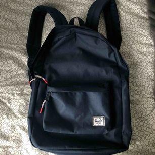 ryggsäck från hershel. fin mörkblå färg med cool insida. den är knappt använd så är i väldigt bra skick! nypris ligger på runt 600kr