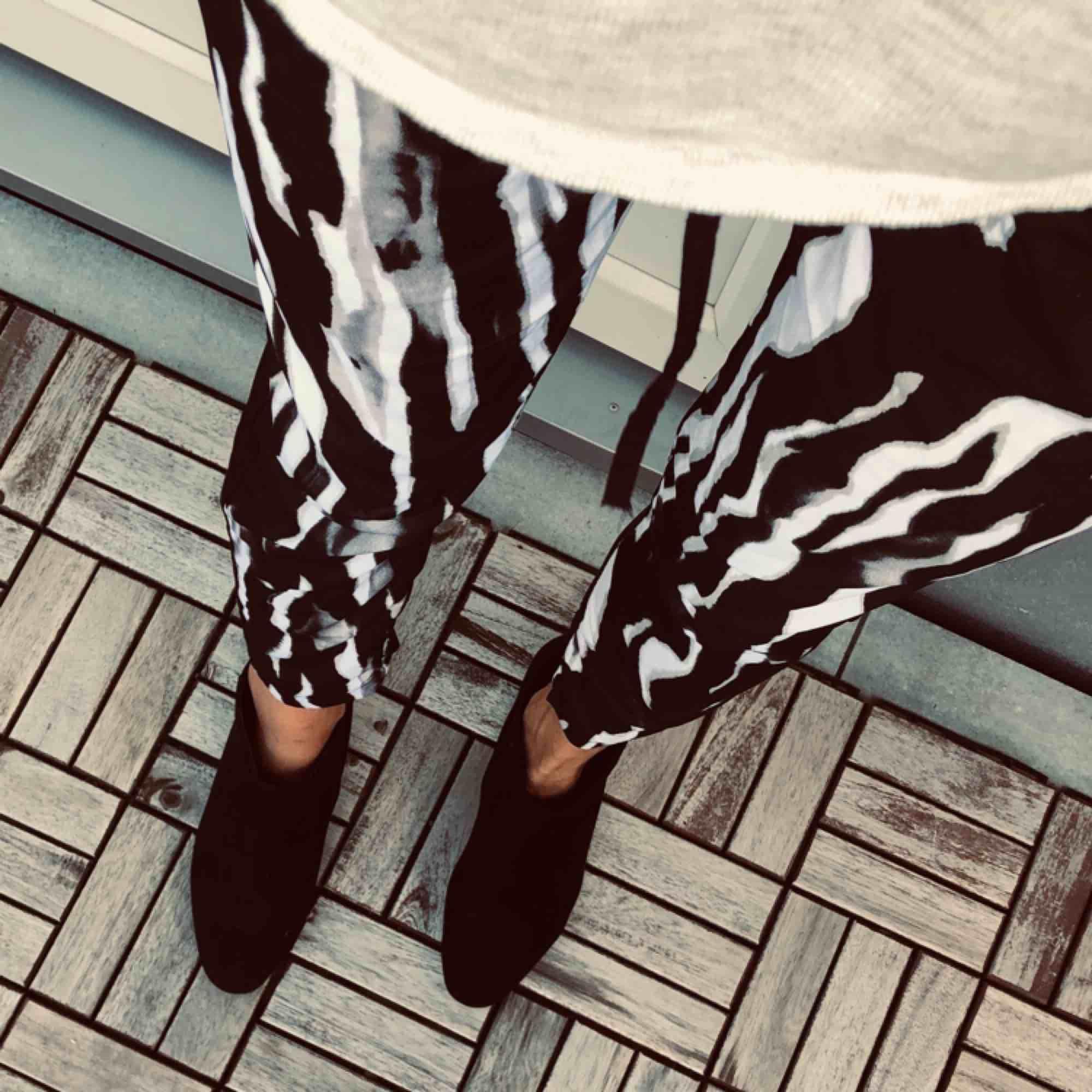 Snygga byxor i coolt mönster. Jeans & Byxor.