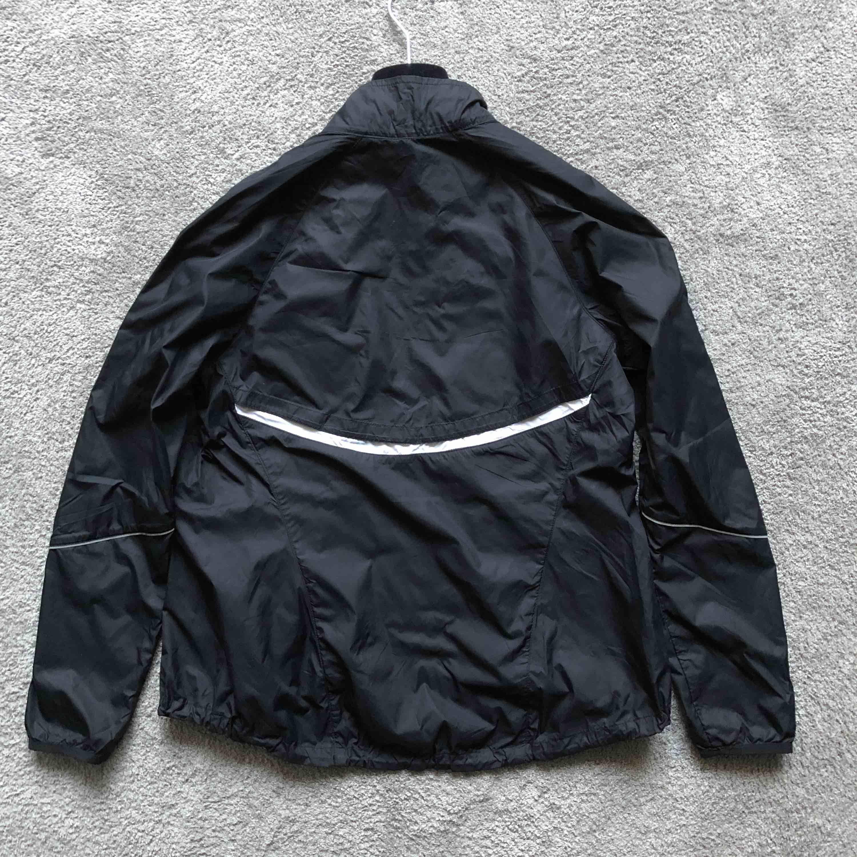 Original Nike Jacka som är helt ny☁️🖤☁️ frakt tillkommer, 72kr eller möts upp i Stockholm. . Jackor.