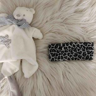 Huvudband/hårband till bebisar i leopard mönster (svart, vit & grå) färg. (Swish finns) möts även upp i Helsingborg/Landskrona. Frakt = 42kr