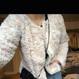 Fluffig pälsjacka från vero moda. Köparen står för frakt
