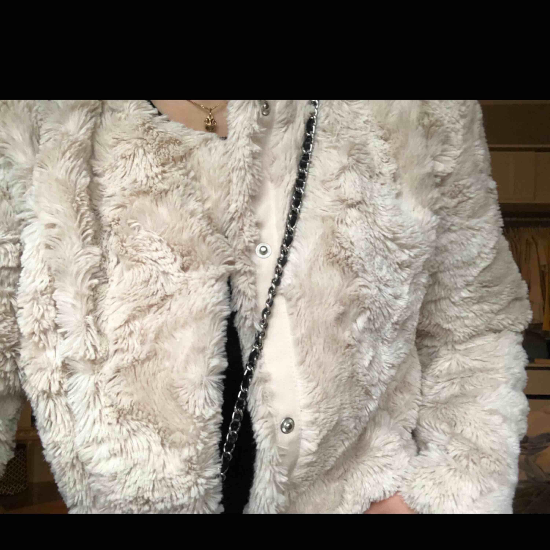 Fluffig pälsjacka från vero moda. Köparen står för frakt. Jackor.