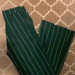 Säljer dessa extremt snygga kostymbyxor från H&M som tyvärr är för små (ord pris 349kr) sparsamt använda! 💕✨