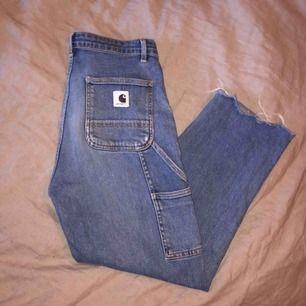 ett par carhartt jeans köpta här på plick, tvärt var dem förstora för mig, så jag själv har aldrig använt dem och ägaren innan har använt dem sparsamt. dem är raka/ vida i modellen frakt ligger på 63kr💌 dm för mer info🥰