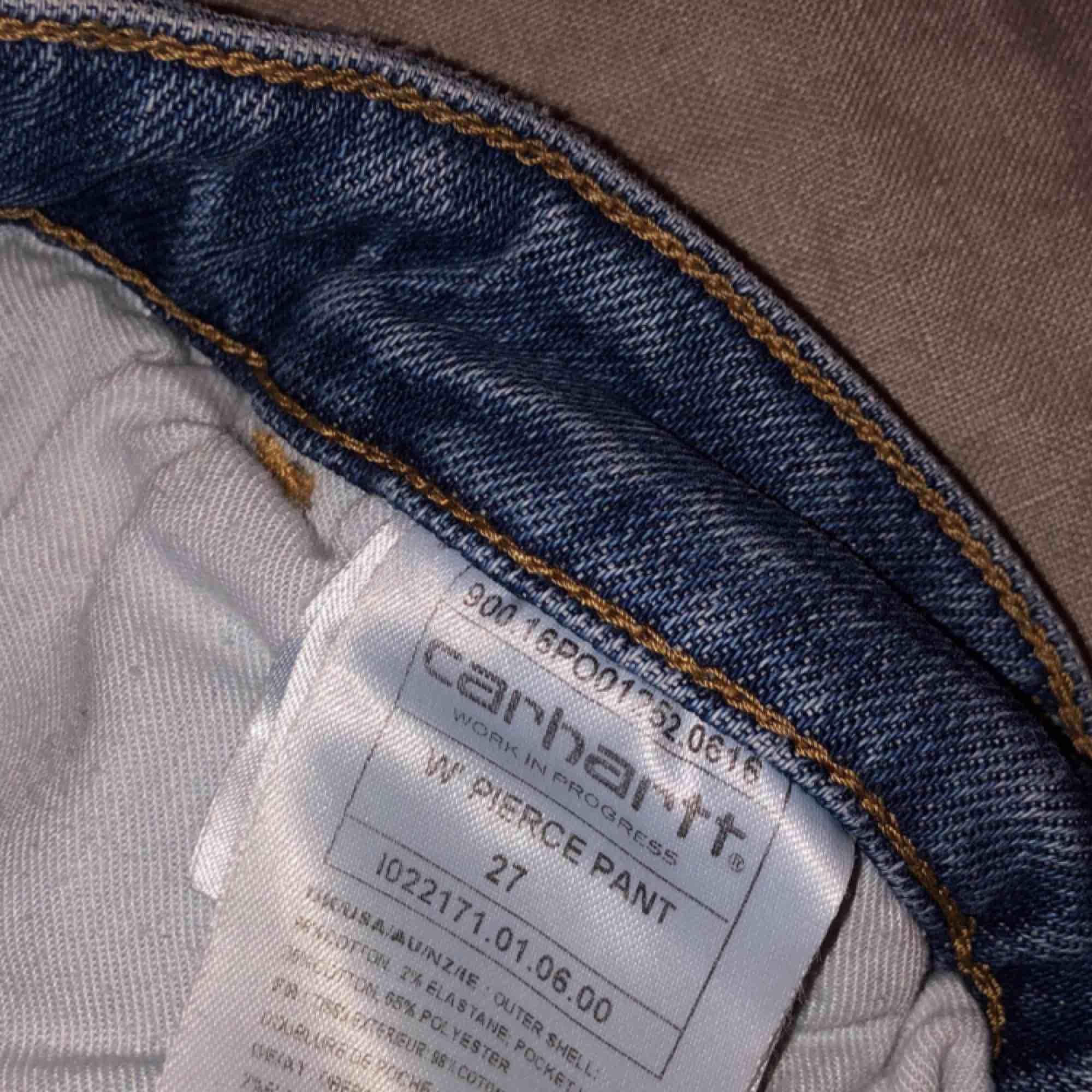 ett par carhartt jeans köpta här på plick, tvärt var dem förstora för mig, så jag själv har aldrig använt dem och ägaren innan har använt dem sparsamt. dem är raka/ vida i modellen frakt ligger på 63kr💌 dm för mer info🥰. Jeans & Byxor.