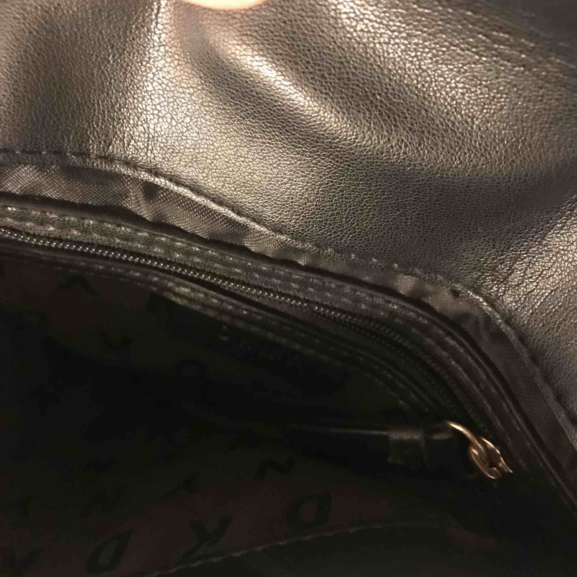 Använd ett par fåtal gånger, fräsch på insidan! Några repor på guldbrickan på framsidan! Dustbag ingår. Väskor.