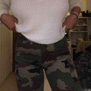 Kattiga militärbyxor, högmidjade och formar kroppen jättefint (köparen står för frakt)
