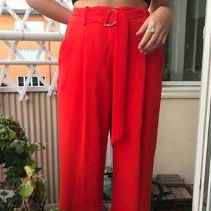 Röda, vida ZARA byxor med skärp till i midjan! (Köparen står för frakten)