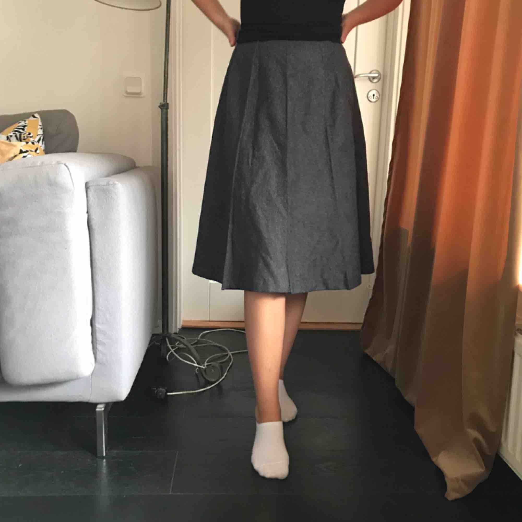 Skräddarsydd kjol från England, gott som oanvänd. Ull och Polyester. Kjolar.