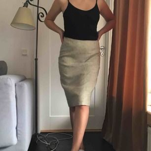 Grå/vit/beige kjol från 60-talet. Storlek 38 men mer som en 34/36a! Skräddarsydd från Sverige (Gotland)