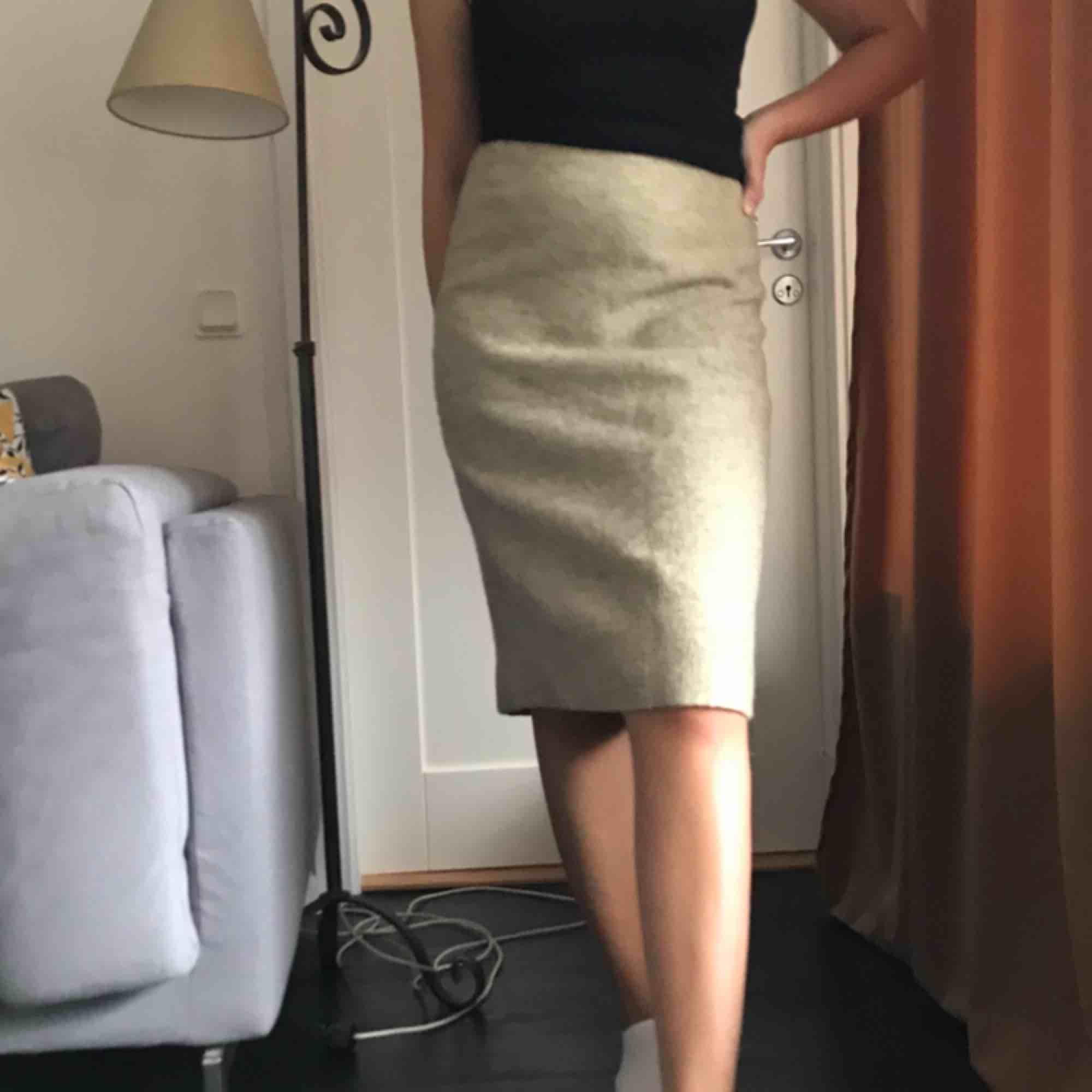 Grå/vit/beige kjol från 60-talet. Storlek 38 men mer som en 34/36a! Skräddarsydd från Sverige (Gotland) . Kjolar.