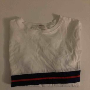 Vit cropped långärmad tröja från forever 21 i storlek 11/12. Aldrig använd, felfri och köpt för 1 år