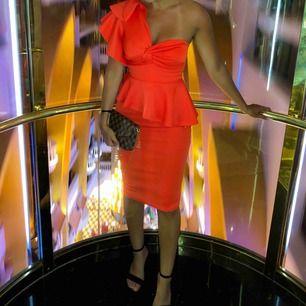 Orange klänning i storlek 34, använd endast i några timmar. Pris 400 kr.