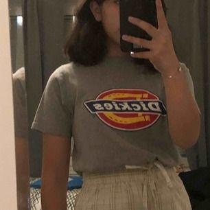 En äkta dickies tröja köpt inne på carlings. Använd fåtals gånger men kommer tyvärr inte till användning längre.   Tröjan är i en XXS men köpt på man avdelningen, jag brukar bära en XS/S i t-shirts.