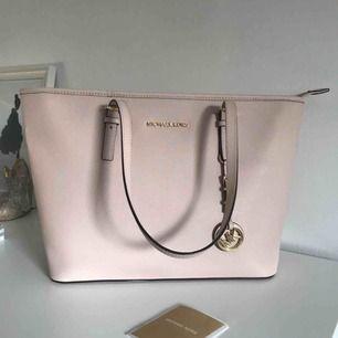 Super fin (såklart äkta )Jet Set Travel Md Tz Mult Funt Tote Michael Kors väska i färgen rosa som jag endast använt ett fåtal gånger därav i riktigt fint skick.💕