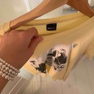 Snygg gul t-shirt med svartvit tryck från ginatricot. Ganska oversize men passar mig som har s.