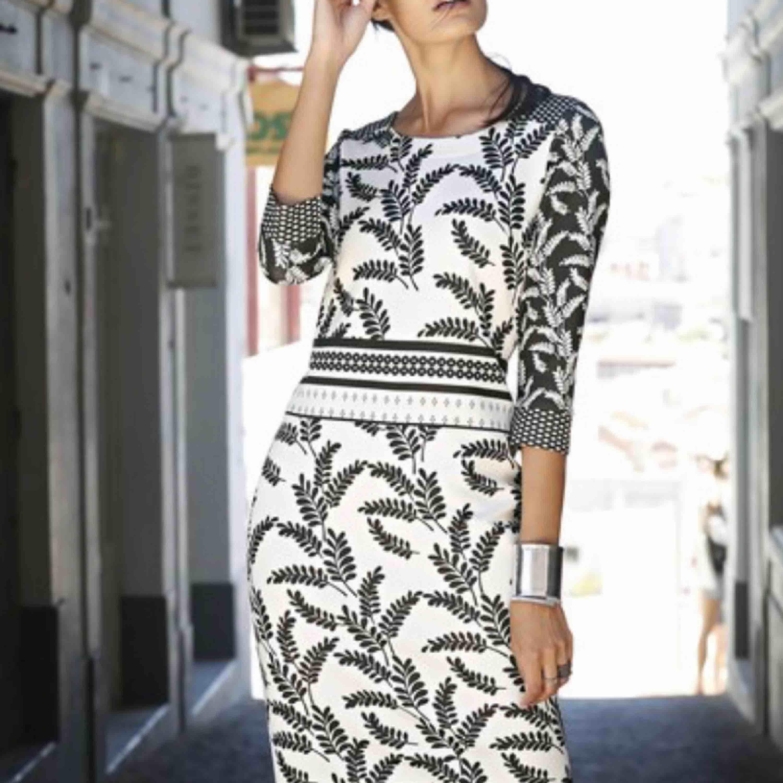 Ny elegant klänning  Stretch  figursmickrande Storlek XL 44/46 Nytt  Kan fraktas också . Klänningar.
