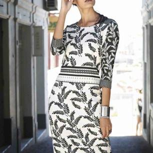 Ny elegant klänning  Stretch  figursmickrande Storlek XL 44/46 Nytt  Kan fraktas också