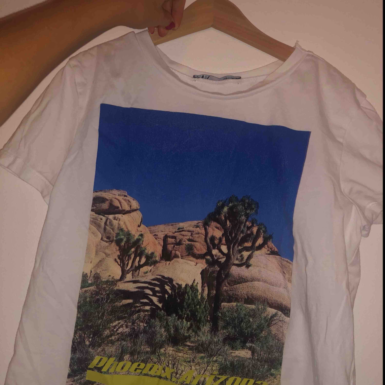 En snygg Zara tröja i strl small, i superbra skick! TrÖjan har ett tryck i mitten av tröjan. Köpt för 149kr. . T-shirts.