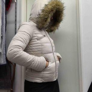 Pris går att diskutera  Jätte varm och super mysig vinterjacka med dun i nytt skick. Pälsen är avtagbar