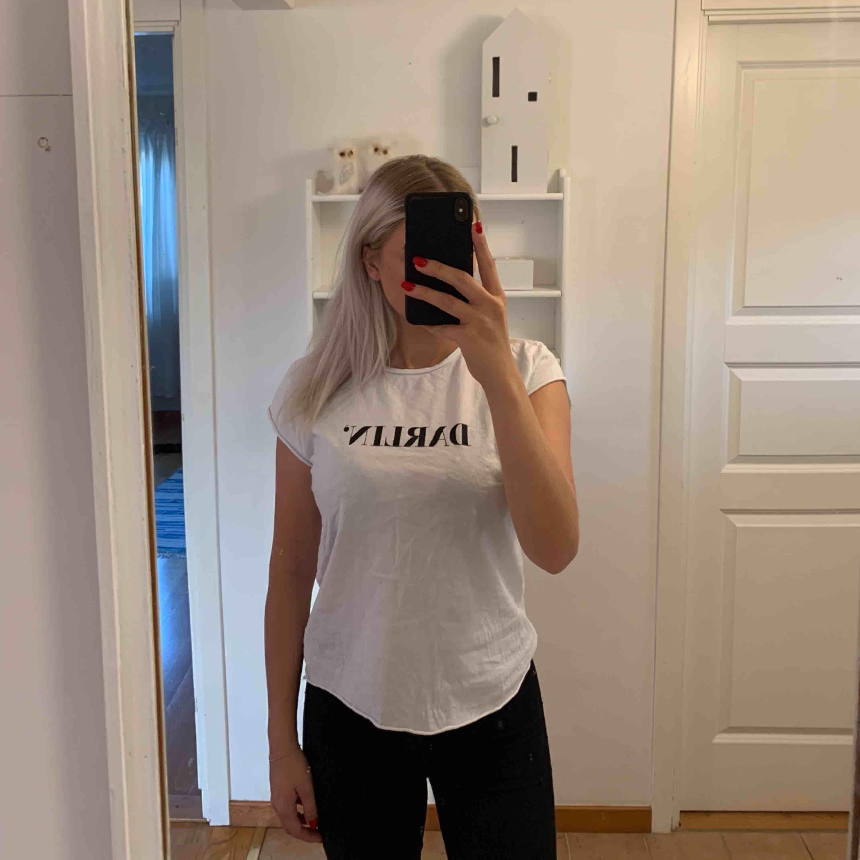 Aldrig använd. Darlin t-shirt från NA-KD. Snygg och skön passform. Fraktavgift tillkommer!. T-shirts.