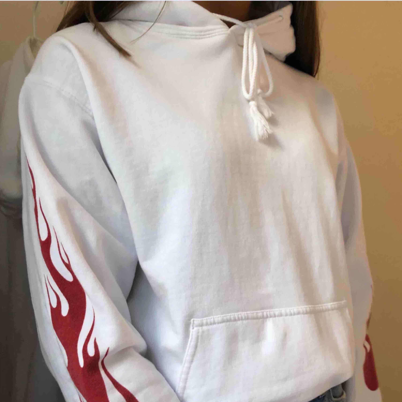 fin hoodie från pacsun! högsta bud är 210! den är kvar, om du är intresserad buda över 210!! . Huvtröjor & Träningströjor.