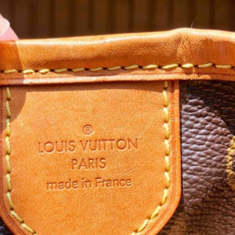 Louis Vuitton Äkta kvitto finns  6 år gammal  Modellnmr: FL0171 Modell PM Mått :Ca) 28 cm hög 40 cm lång från sida till sida 10 cm bred mellan knäppena Använt har  några små fläckar insida  Utsidan är i topp skick! Hämtas på plats. Väskor.