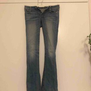 Utsvängda crocker jeans. Lite slitna in mot låren därav det billiga priset. stl 26/33 men uppsydda så mer en 26/32.