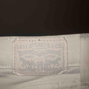 vita skinny jeans från levis. nästan aldrig använda.
