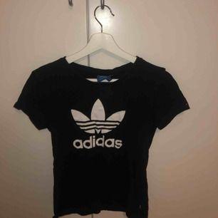 svart adidas t-shirt. sparsamt använd.