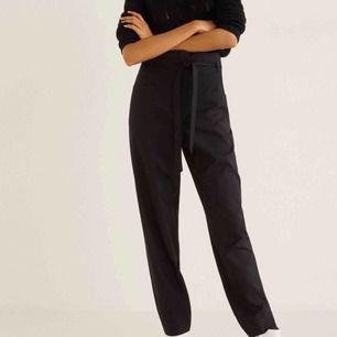 Snygga högmidjade kostymbyxor från mango. Orginalpris $79.99! Säljer pga har för många liknande 😩 Modellen heter: Patch pocket pants
