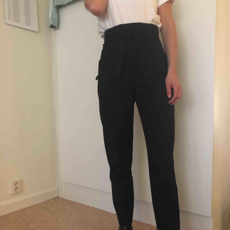 Snygga högmidjade kostymbyxor från mango. Orginalpris $79.99! Säljer pga har för många liknande 😩 Modellen heter: Patch pocket pants. Jeans & Byxor.