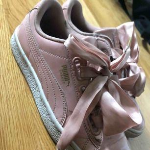 Supersnygga sneakers från Puma, ljusrosa med silkes snörning. Nypris: 999:-. Använts sällan. Köparen står för frakt!