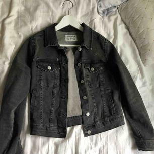 Snygg demin jacket från Pull&Bear. Används för sällan och därför säljer jag den! Den är bra i storleken (Jag är en S), och sitter snyggt på! Frakt är inte inräknat i priset!