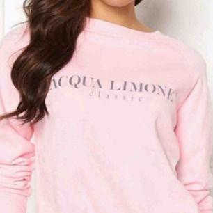 Säljer min rosa Acqua limone sweatshirt, köpt för 1 år sedan på bubbleroom. Jätte fint skick, använd 5 gånger. Storlek xxs men stor i storlek så skulle säga mer xs-s