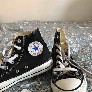 Svarta höga converse som jag använder inte längre. Har knappt använd dem och nu är de för små. På sko står det att det är storlek 5 som motsvarar 37,5 men det e mer 38 man kan säga. Priset kan diskuteras. Frakt tillkommer ❤️