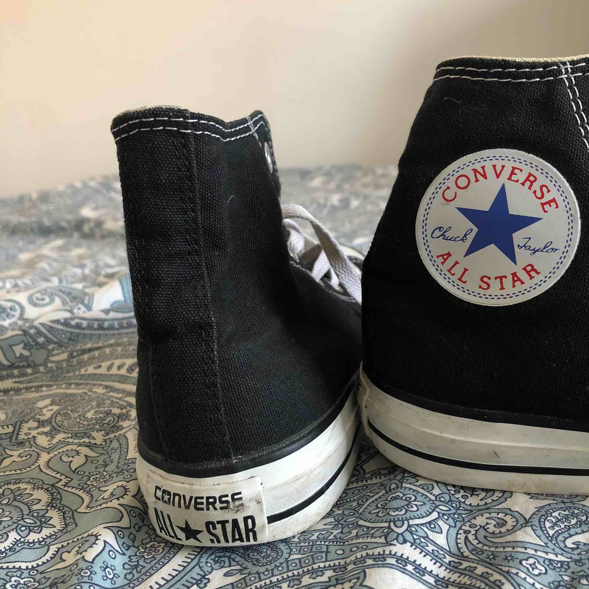 Svarta höga converse som jag använder inte längre. Har knappt använd dem och nu är de för små. På sko står det att det är storlek 5 som motsvarar 37,5 men det e mer 38 man kan säga. Priset kan diskuteras. Frakt tillkommer ❤️. Skor.