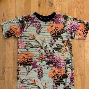 T-shirt från forever 21 i storlek S/M.  Oanvänd!