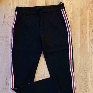 Snygga stretchiga byxor med rand på sidan från sisters point. Använda en gång så jättefint skick!  Passar en small / medium.