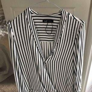 Snygg klassisk skjort/blus från Zara  Vit, svart randig.  Aldrig använd.