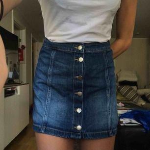 Assöt kjol som tyvärr håller på att bli för liten, priset går att diskutera. Möts upp i Stockholm annars står köparen för frakt. Tveka inte om du har en fråga! Kolla gärna in mina andra plagg.